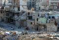 Местные жители на улице среди разрушенных зданий в районе Дахания в Дамаске