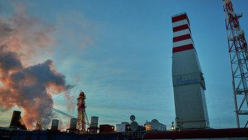 Вид на буровую вышку и газовый факел морской нефтеперерабатывающей платформы Приразломная