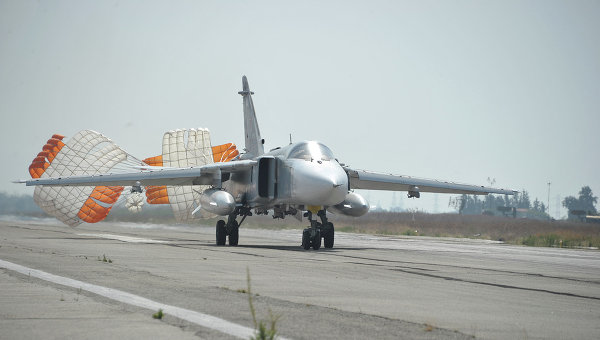 Бомбардировщик Су-24 садится на авиабазе Хмеймим (Латакия), Сирия