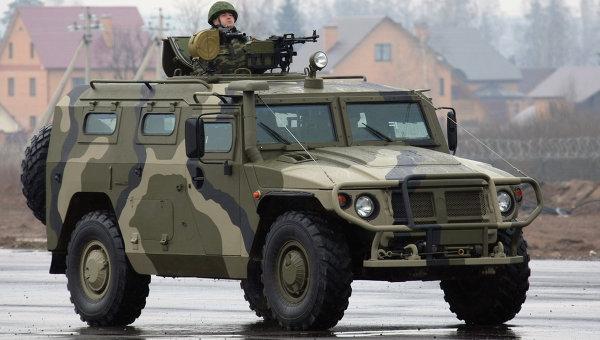 Солдат передвигается на бронированном автомобиле Тигр. Архивное фото