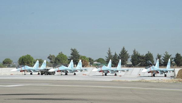 Истребители Воздушно-космических сил РФ СУ-30 СМ готовятся к вылету с авиабазы Хмеймим в сирийской провинции Латакия