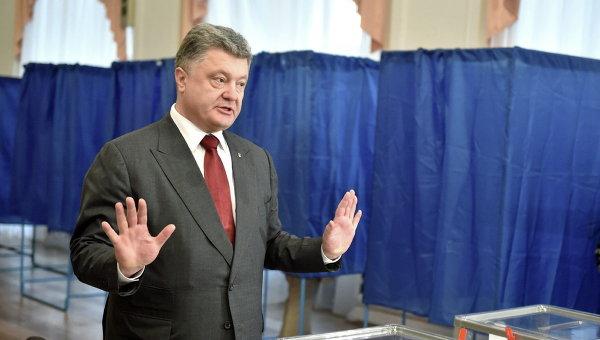Президент Украины Петр Порошенко на избирательном участке во время выборов в Киеве, Украина
