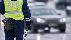 Сотрудник ГИБДД регулирует движение на Ленинградской площади в Омск