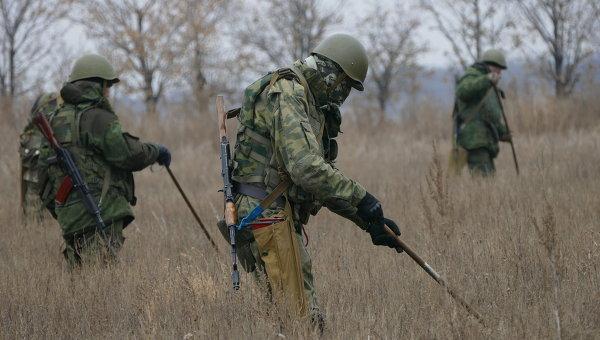 Саперы ополчения Донецкой народной республики (ДНР) проводят разминирование территории. Архивное фото