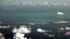 Вид из окна военного самолета на острова Спратли в Южно-Китайском море