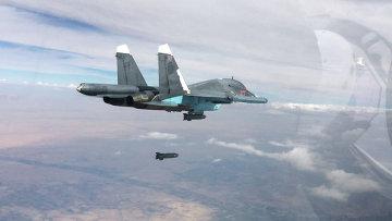 Истребитель-бомбардировщик Су-34 во время нанесения авиаударов в провинциях Ракка и Алеппо. Архивное фото