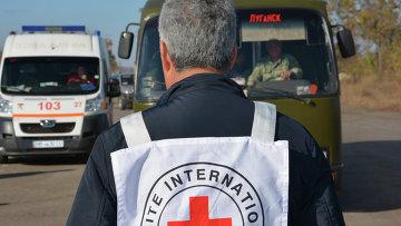 Представитель Красного Креста на обмене пленными в ЛНР. Архивное фото