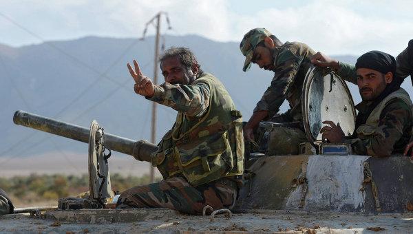 Солдаты Сирийской Арабской Армии (САА) на боевых позициях в 20 километрах от города Пальмира. Архивное фото