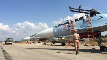 Российские пилоты после выполнения полета на истребителе СУ-30СМ на авиабазе Хмеймим