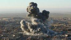 Дым на месте ударов ВВС США в Синджаре, Ирак