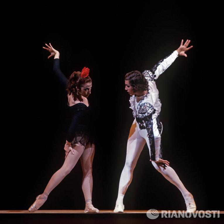 Артисты балета Майя Плисецкая (в роли Кармен) и Сергей Радченко (в роли Тореодора) в сцене из балета Родиона Щедрина Кармен-сюита