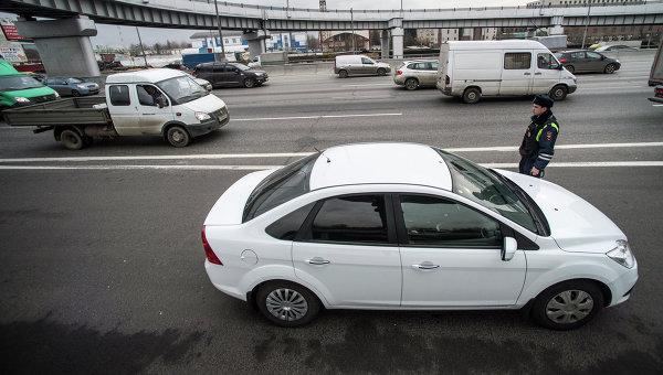 Сотрудник ГИБДД рядом с автомобилем. Архивное фото