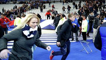 Эвакуация людей со стадиона Stade de France, где прогремели взрывы. Архивное фото
