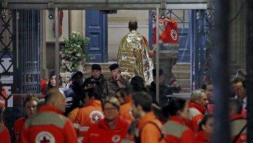 Люди у театра Батаклан  в Париже, где произошел теракт, 14 ноября 2015