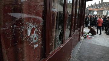 Поврежденные стекла в витрине ресторана Le Carillon в Париже, где произошел один из серии терактов