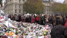 Парижане несли цветы и свечи к статуе Республики в память о жертвах терактов