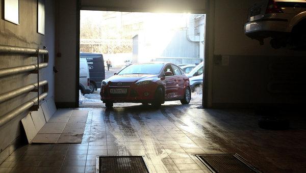 Автомобиль выезжает из сервисного центра после прохождения процедуры технического осмотра. Архивное фото
