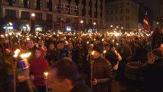 Тысячи человек с горящими факелами прошли по Риге в День независимости