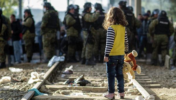 Девочка-беженка на границе между Грецией и Македонией. Архивное фото