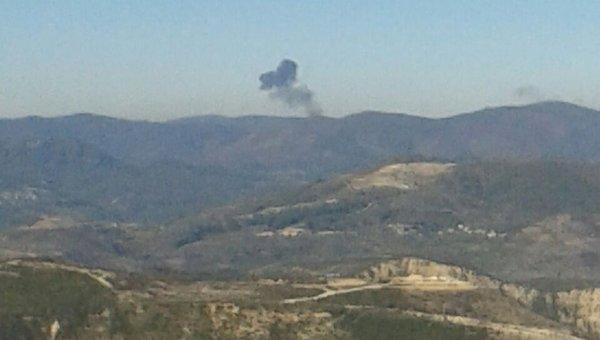 Дым на месте падения самолета Су-24 на границе Сирии и Турции