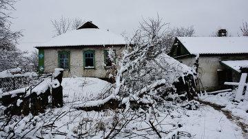 Брошенные дома на линии соприкосновения в поселке Донецкий в ЛНР, Украина. Архивное фото