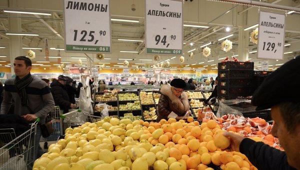 Покупатели у прилавка с лимонами и апельсинами из Турции в торговом зале гипермаркета Глобус. Архивное фото