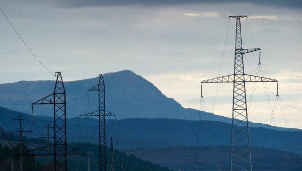 Линии электропередач в окрестностях села Партизанское в Крыму. Архивное фото
