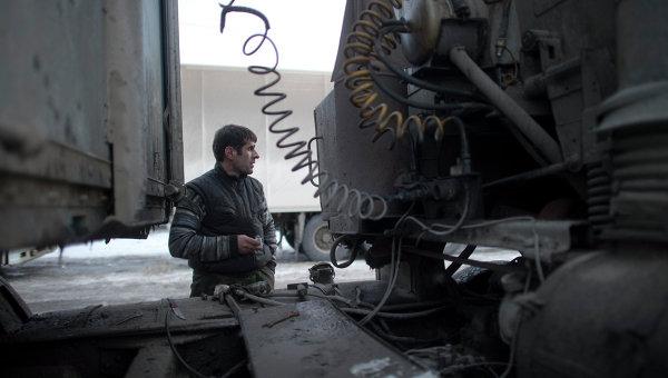 Водитель грузовика на парковке для большегрузных машин. Архивное фото