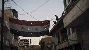 Бойцы Соторо вывешивают флаг Сирии. Архивное фото