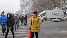 Смог накрыл улицы Пекина и вынудил горожан надеть защитные маски
