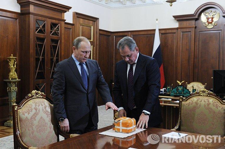 Параметрический самописец со сбитого ВВС Турции российского военного самолета СУ-24 обнаружен и был представлен президенту РФ министром обороны РФ