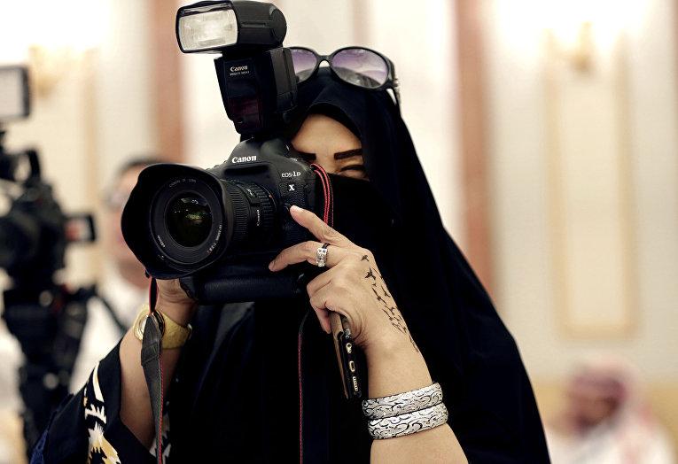 Женщина журналист в дворце в Эр-Рияде, Саудовская Аравия