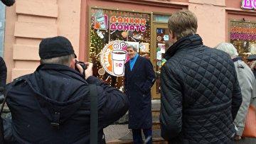 Государственный секретарь Соединенных Штатов Америки Джон Керри во время прогулки по улице Арбат в Москве