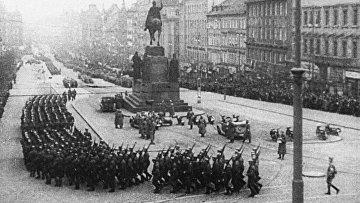 Гитлеровские войска на Вацлавской площади Праги. Архивное фото
