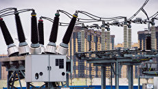 Провода, изоляторы, трансформаторы и датчики работы электроподстанции Парнас в Санкт-Петербурге. Архивное фото