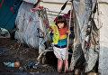 Ребенок курдских мигрантов в лагере для беженцев на севере Франции