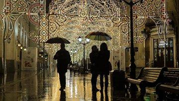 Прохожие во время дождя на Никольской улице в Москве. Архивное фото