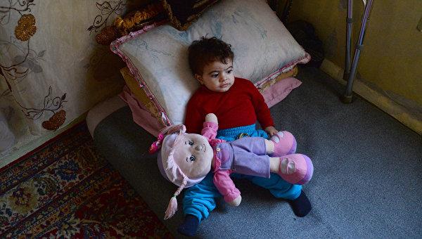 Ребенок беженцев в районе Ярмук в Дамаске