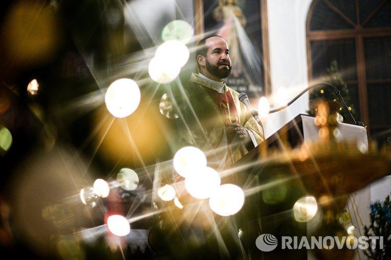 Священнослужитель во время празднования католического Рождества в Храме Святых Апостолов Петра и Павла в Великом Новгороде