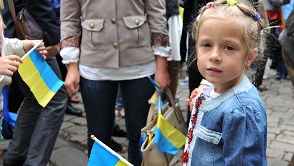 Девочка с флагом Украина на улице Львова