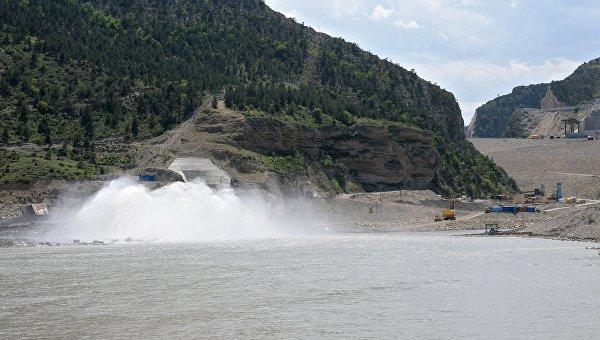 Сброс воды Гоцатлинской гидроэлектростанции (ГЭС) на реке Аварское Койсу в Дагестане. Архив