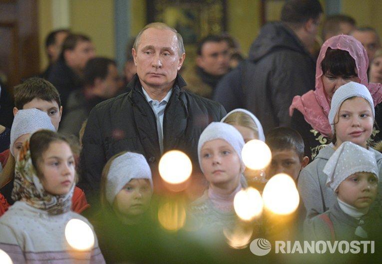 Президент России Владимир Путин принимает участие в рождественском богослужении в храме Покрова Пресвятой Богородицы