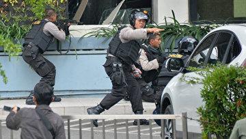 Индонезийские полицейские на месте взрывов в Джакарте, 14 января 2016