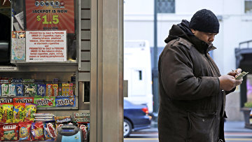 Мужчина с лотерейным билетом Powerball максимальный выигрыш которой на данный момент составляет 1,5 миллиарда долларов