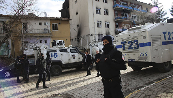 На месте взрыва у здания полиции в Турции. Январь 2016