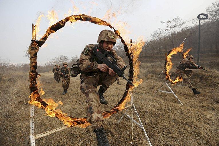 Солдаты Народно-освободительной армии Китая во время тренировки на военной базе в Тяньшуй