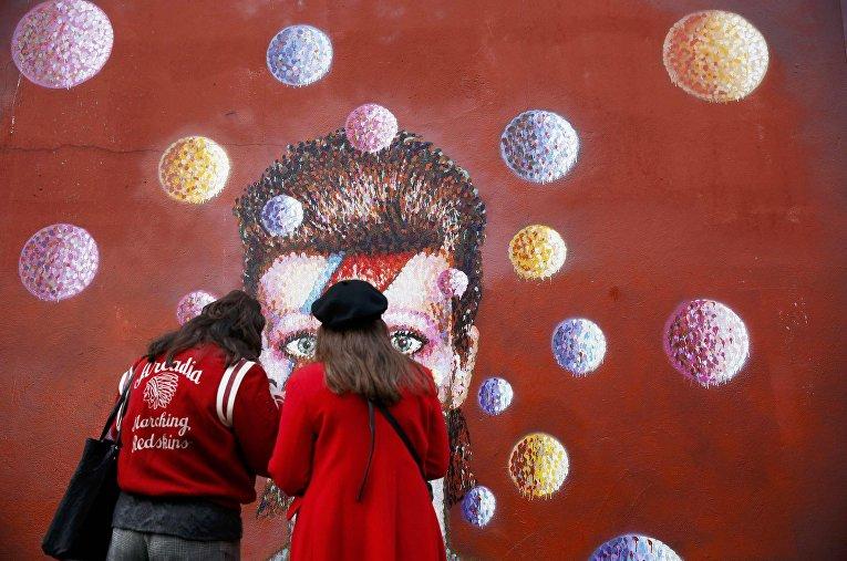Фанат у стены Дэвида Боуи в Брикстоне, Лондон