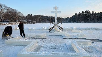 Ледяной городок на льду Раифского озера в окрестностях Раифского Богородицкого монастыря в Зеленодольском районе республики Татарстан, архивное фото