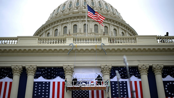 Флаги США на здании Капитолия в Вашингтоне. Архивное фото