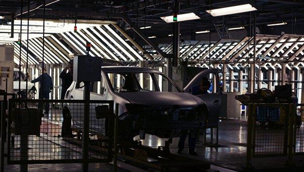 Контроль качества на конвейере завода АвтоВАЗ. Архивное фото